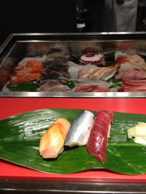 羽田空港第一ターミナル南ウィング12番スポット前の立ち喰い寿司な夕ごはん①